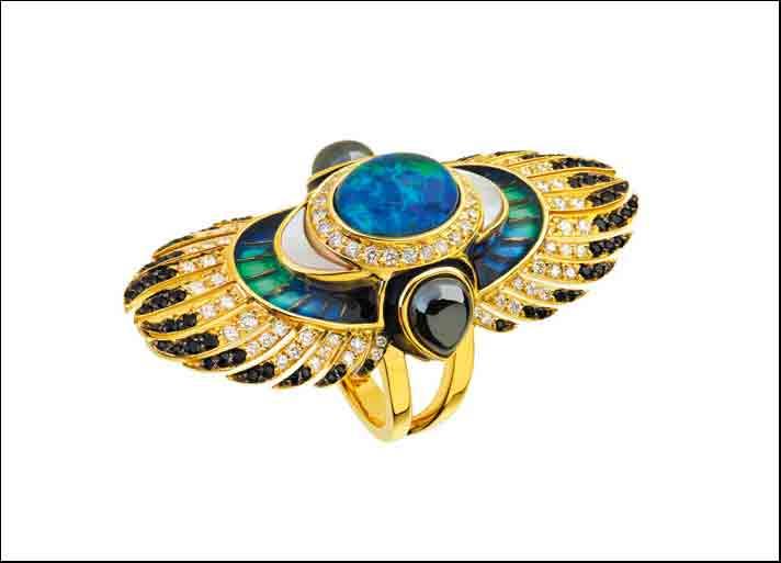 Lalique: anello Soleil de Gaïa in oro giallo con pavè di diamanti, spinelli neri, opali e smalto