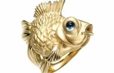Manya & Roumen: anello pesce rosso in oro giallo 18 carati e topazio azzurro