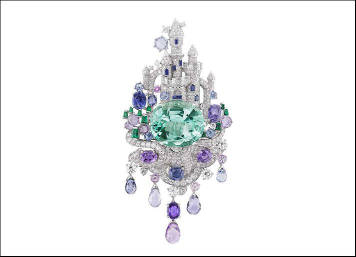 Spilla Château-enchanté, con smeraldo ovale 39 carati, diamanti, zaffiri e smeraldi di tagli diversi e pietre preziose taglio briolette