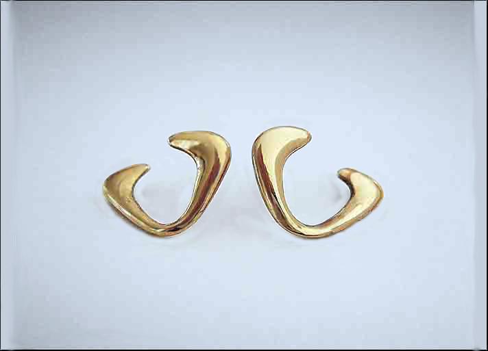 Virgola: orecchini in bronzo. Prezzo: 80 euro