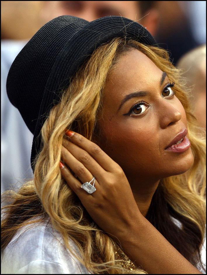 Beyoncé con l'anello di fidanzamento