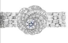 Cllezione Aria, bracciale in oro bianco con un diamante taglio brillante centrale circondato da diamanti taglio brillante e baguette.