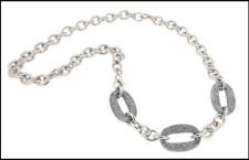 Collana in acciaio con elemento glitter argentato. Prezzo: 89 euro