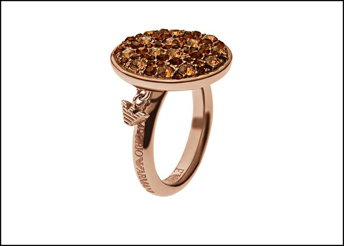 Anello in acciaio con placcatura ionica (un processo di deposizione fisica del vapore) oro roa/caffé. Cristalli Swarovski