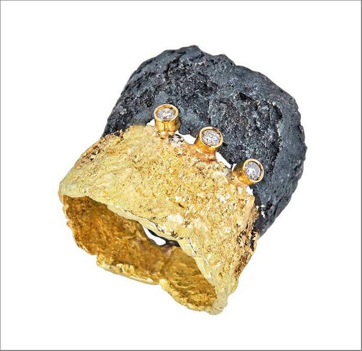 Anello in argento annerito, oro, diamanti