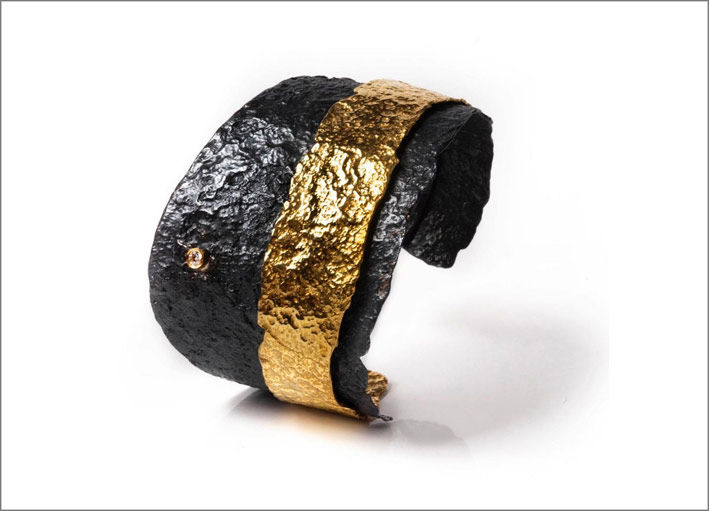 Bracciale in argento brunito, oro e diamante