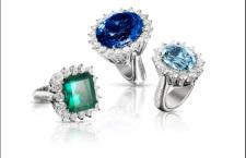 Atelier: anelli in oro bianco 18 carati. Da destra a sinistra: smeraldo ottagonale 11,47 carati, 16 diamanti bianchi F color qualità VVS 3,63 carati; tanzanite taglio ovale sfaccettato 44,04 carati, 20 diamanti bianchi F color qualità VVS 5,19 carati; acquamarina taglio ovale 14,04 carati, 16 diamanti bianchi F color qualità VVS 3,24 carati.