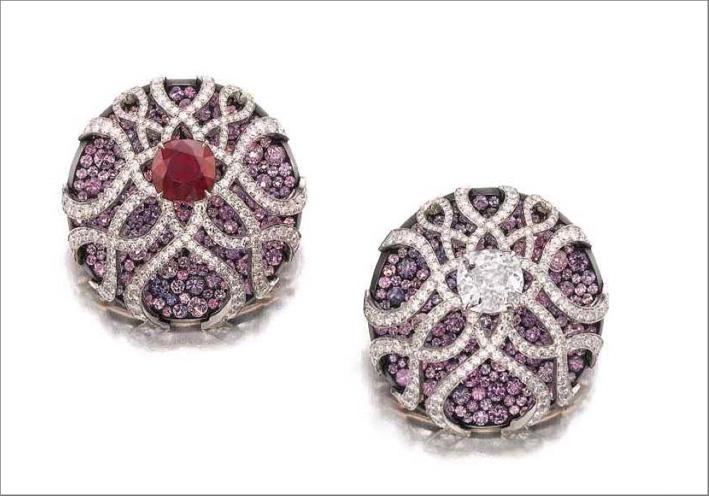 Orecchini con zaffiri, rubini e diamanti firmati Jar