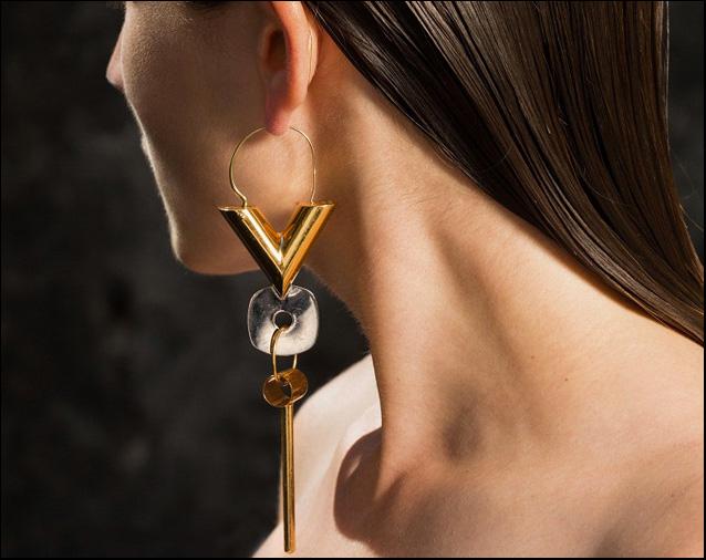 L'attrice e blogger Carola Pojer indossa il mono orecchino Essential V