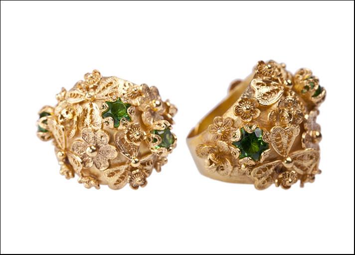 Anello in argento placcato in oro 22 carati con pietre di zirconia cubica. Prezzo: 414 euro