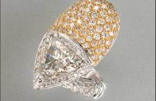 nello contrariè in oro giallo e bianco con diamante triangolare sfaccettato carati 3,05