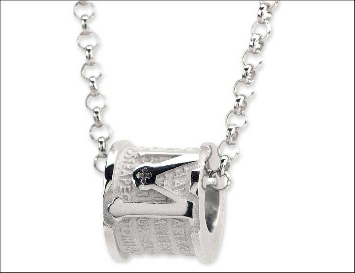 Incipit Pendant, in argento rodiato. Prezzo: 99 euro