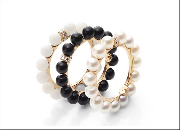 Chantecler, anelli collezione Cherie in corallo bianco, onice e perle con diamanti. Prezzo: 680 euro