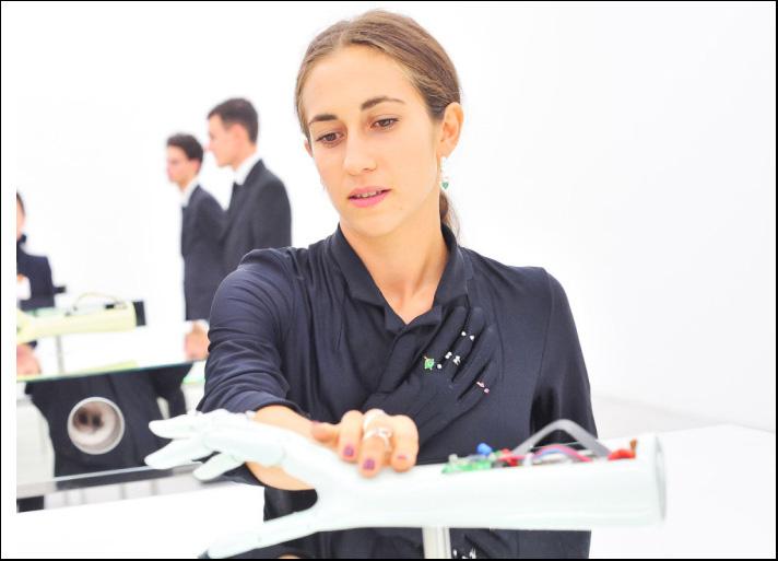 Delfina Delettrez con l'installazione Handroid