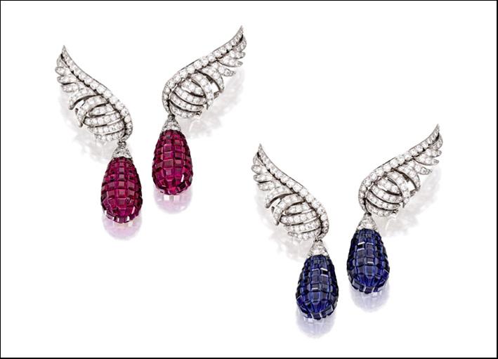 Orecchini di Van Cleef in platino e diamanti taglio brillante con pendenti intercambiabili di rubini e zaffiri calibrè-cut. Stima: 160-230 mila euro