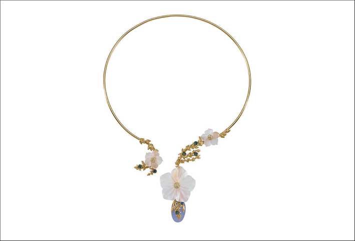 Collarino in argento placcato oro18carati, applicazioni di fiori in cristallo bianco satinato, zaffiri e zirconi bianchi. Pietra blu in quarzo idrotermale. Prezzo: 385 euro