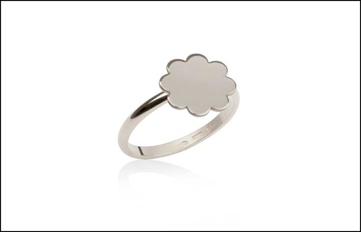 One Flower Ring Silver. Anello in argento. Fiore a lastra in orizzontale. Prezzo: 115 euro