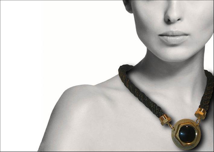 Alessandra-Vitali-collana-dado-parti-metalliche-industriali-in-ottone,-disco-di-onice-naturale,-corta-tecnica-in-nylon