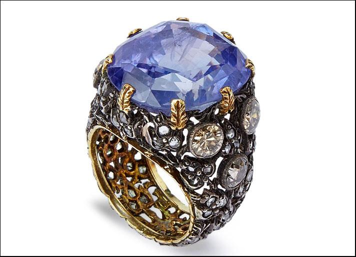 Mario Buccellati 1936, anello musone in oro e argento foderato in oro giallo, con zaffiro faccettato, brillanti  fantasia e diamanti taglio rosa