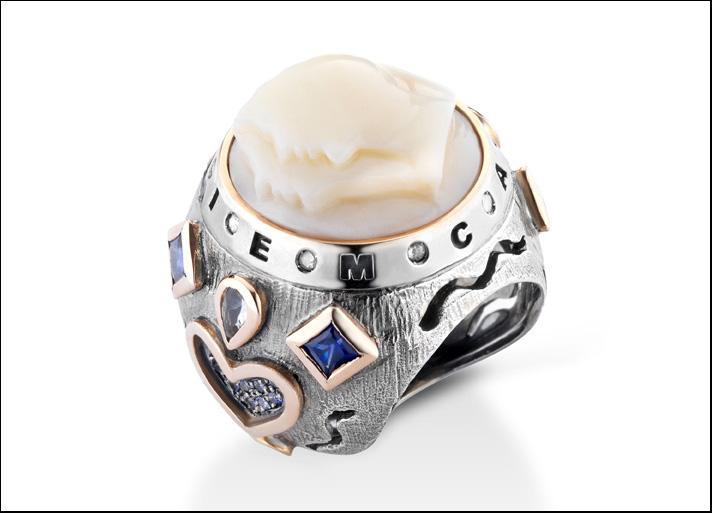 Carpe diem: anello con cammeo profili in pietra sardonica. Prezzo: 2200 euro