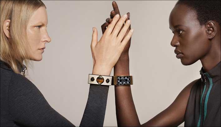 Il bracciale Mica indossato da Kirsten Owen e-Aak-Deng, La foto è di Intel, scattata da Collier Schorr