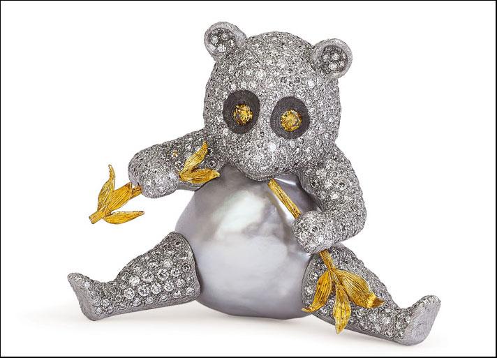 Gianmaria Buccellati 2001, spilla Panda con corpo formato da grande perla barocca , oro bianco, incassato in brillanti, con germoglio di bambù in oro giallo inciso. Diamanti fancy agli occhi