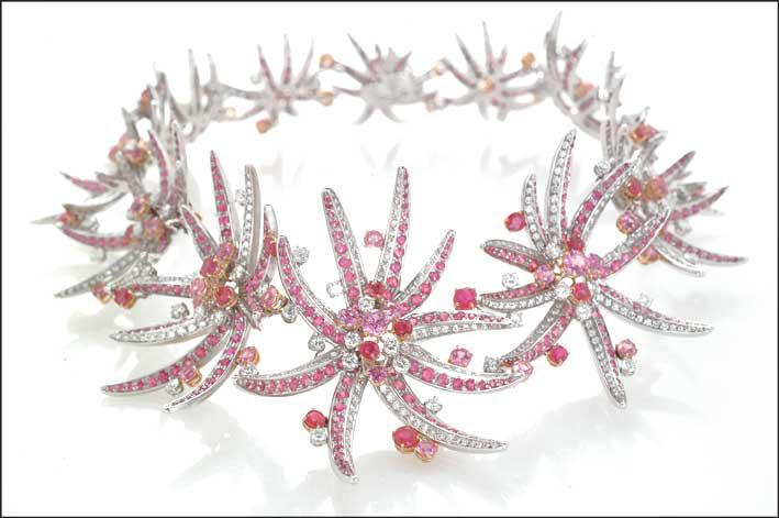 Sala Bellezza: collana Fiori Marini, Chantecler 2001. Oro bianco, diamanti, zaffiri rosa e rubini birmani