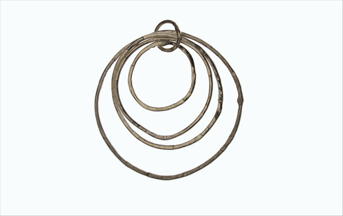 Pendente Filitondi, in argento o bronzo. Prezzo: 220 euro