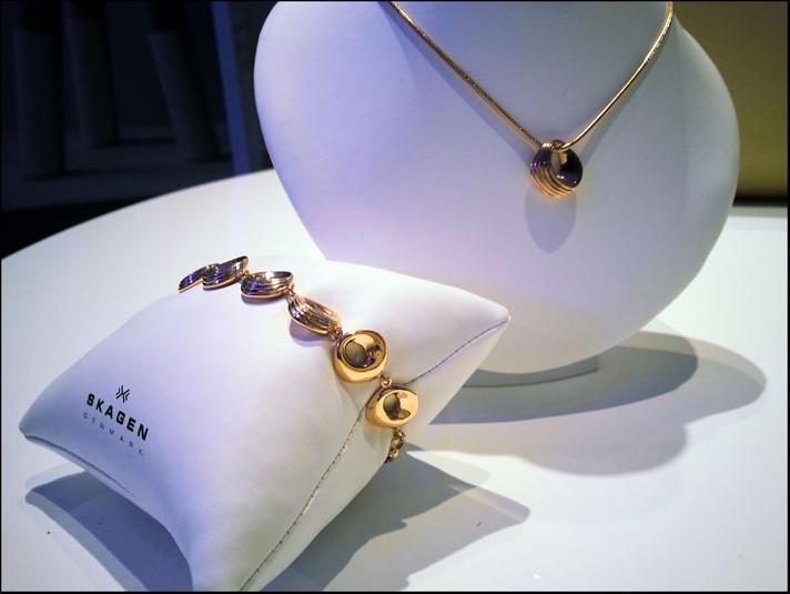 Skagen, bracciale e ciondolo in rose gold a forma di conchiglia o onde del mare