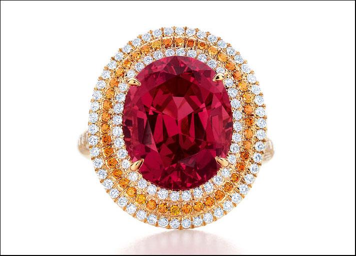 Tiffany Blue Book 2013, anello con spinello rosso centrale taglio ovale, circondato da spessartiti e diamanti bianchi taglio tondo