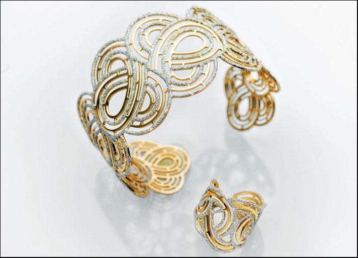Vanité: bracciale e anello in argento dorato e glitter. Prezzo: 159,90 euro