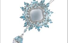 Damiani Vivaldi, pendente Inverno in oro bianco con calcedonio tagliato cabochon, topazi blu e diamanti bianchi