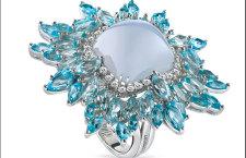 Damiani Vivaldi, anello Inverno in oro bianco con calcedonio tagliato cabochon, topazi blu e diamanti bianchi