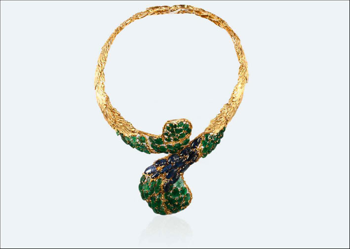 Collana firmata Buccellati: le piume di pavone, in ordine irregolare, sono formate da smeraldi e zaffiri