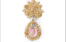 Gianmaria Buccellati 1992, spilla a fogliettine con roselline in oro rosa inciso a rigato e segrinato e rametti in oro giallo con diamanti e una perla Conch a goccia pendente da un fiocco in oro bianco