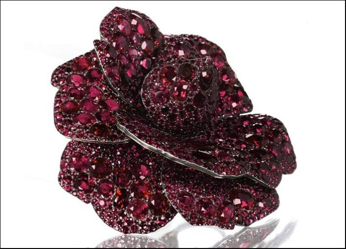Jar, spilla Camelia in oro e argento, appartenuta a Lily Safra, con pavé di rubini per 173 carati complessivi. Prezzo realizzato: 3 milioni 750 mila euro