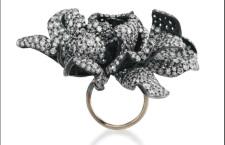 Jar: anello Gardenia, in oro e argento con pavé di diamanti, appartenuto a Ellen Barkin.