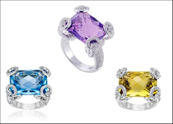 Gucci, anelli cocktail Horsebit in oro bianco, pavé di diamanti, topazio blu, ametista e quarzo citrino.