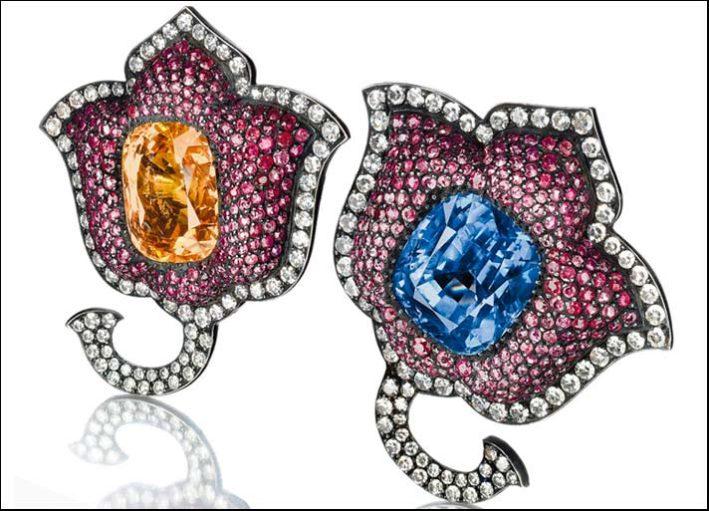 Jar, orecchini appartenuti a Lily Safra, a forma di tulipano in argento e oro con pavé di rubini circondati da diamanti e due zaffiri centrali taglio cushion blu e giallo arancio. Prezzo realizzato: 221 mila euro