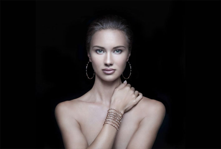 Bracciale e orecchini in oro rosa, titanio e diamanti della collezione Rugiada
