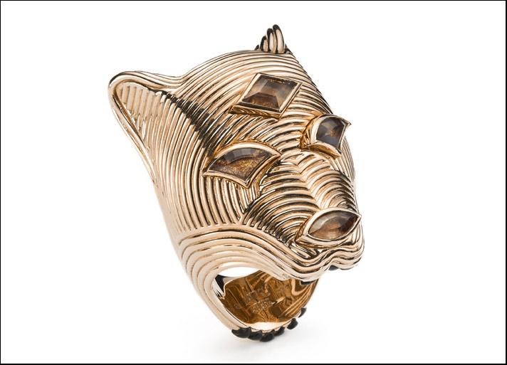Mattioli, Urban Animals anello tigre in oro rosa e quarzo fumé. Prezzo: 7.640 euro