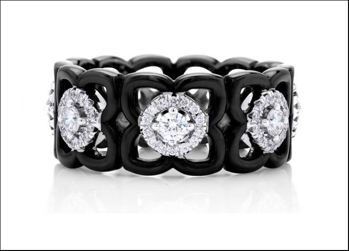 De Beers, anello a fascia in ceramica nera, diamanti e oro bianco