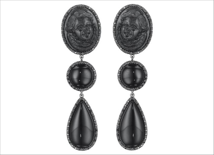 Orecchini Couture Chic. Lava nera intagliata. Prezzo: 8000 dollari