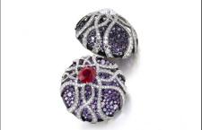 Jar, orecchini a bottone tondi con pavé di zaffiri di varie tonalità che vanno dal rosa chiaro al porpora azzurro taglio rotondo, e un rubino e un diamante centrali taglio cushion. Prezzo realizzato: 460 mila euro