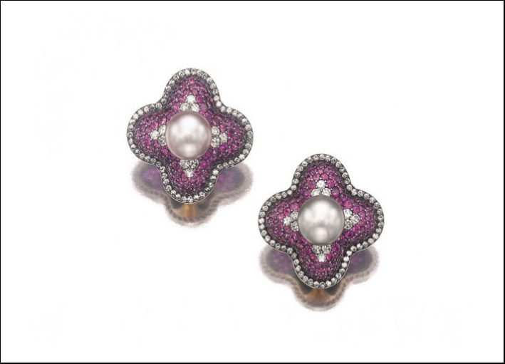 Jar, orecchini a bottone con perla naturale centrale e montatura bombata a quadrifoglio con pavé di rubini e diamanti taglio tondo. Prezzo realizzato: 350 mila euro