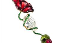 Jar, spilla appartenuta a Lily Safra con tormaline verdi e rosa a forma di papavero collegate da uno stelo di tormaline verdi taglio baguette attorcigliate su un diamante bianco taglio pera di 37 carati. Prezzo realizzato: 1 milione di euro circa