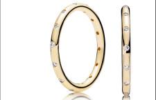 Anello Pandora, oro 14 carati con zirconi. Prezzo (indicativo): 149 euro
