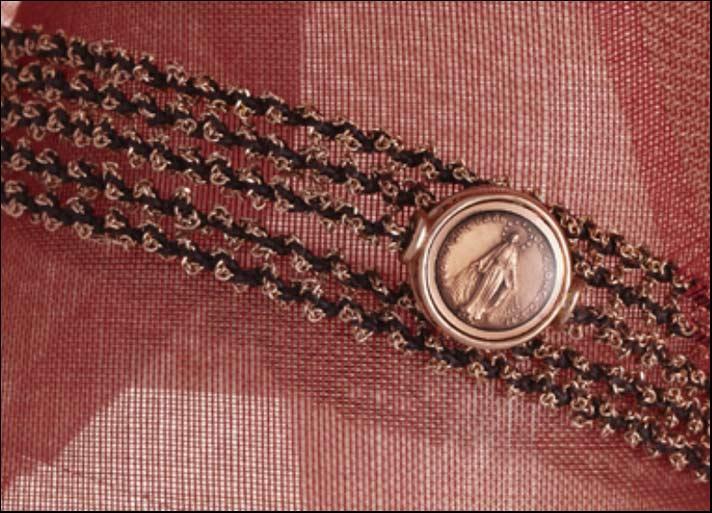 IDoni, collana portata a più fili come braccialetto in argento placcato oro rosa e immagine della Madonna in smalto rosa