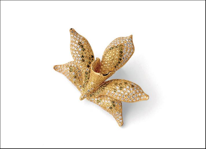Misis, spilla Orchidea in argento placcato oro 18 carati con zirconi. Prezzo: 335 euro