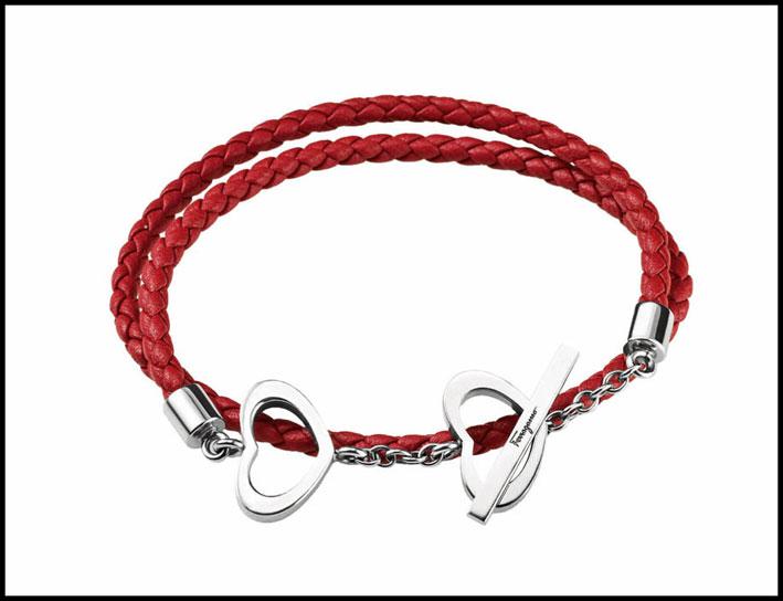 Ferragamo, bracciale con pelle rossa e cuori in argento.